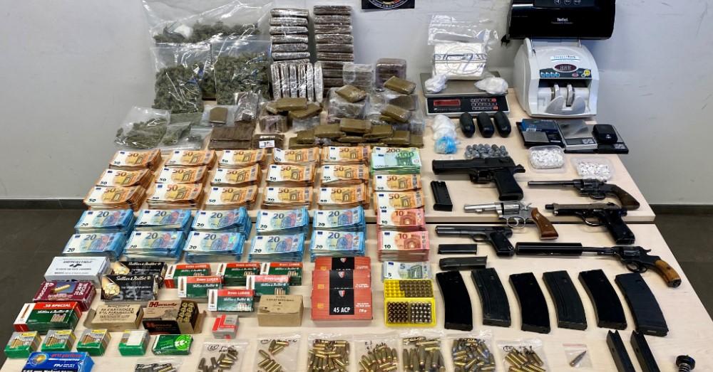 Drugsdealer leidt luxeleven: 150.000 euro, 6 luxewagens, wapens en oorlogsmunitie in beslag genomen