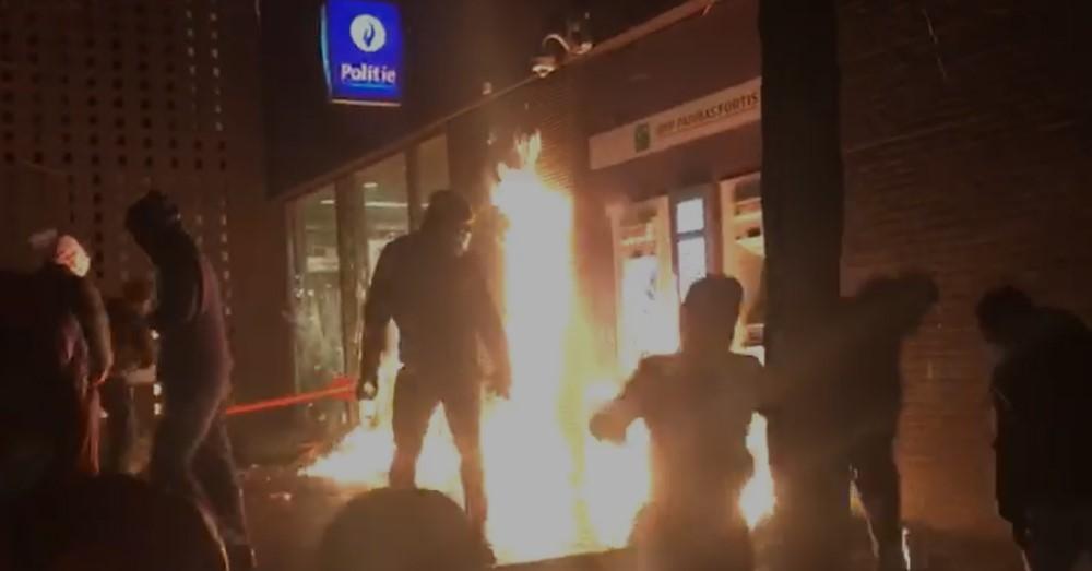 Foto: Twitter. Politiecommissariaat en minstens twee politiewagens in brand bij zware Rellen in Brussel