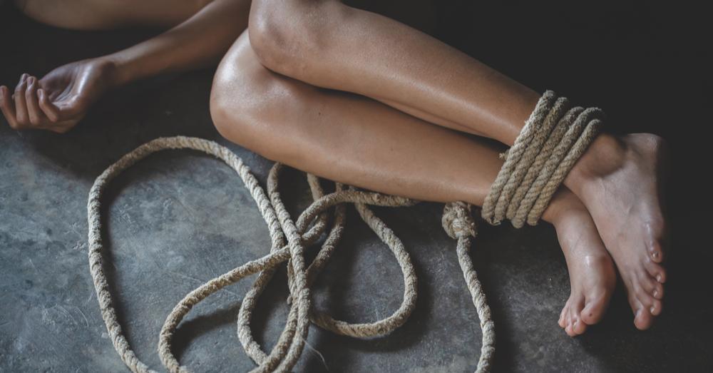 Meisje (13) geblinddoekt vastgebonden en verkracht: dader moet enkel in psychotherapie